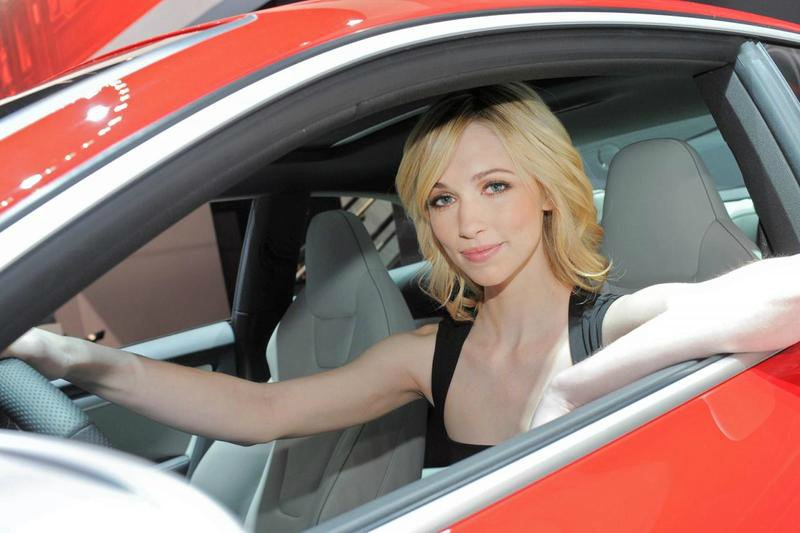 2012-new-york-auto-show-blond-babe